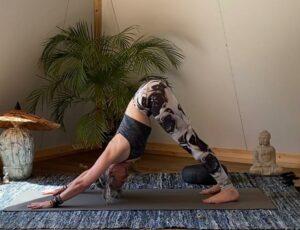 De 4 beste Yogaposes voor beginners (in een Festivallegging)